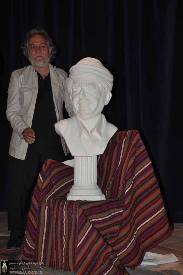 رونمایی از مجسمه عثمان هورامی