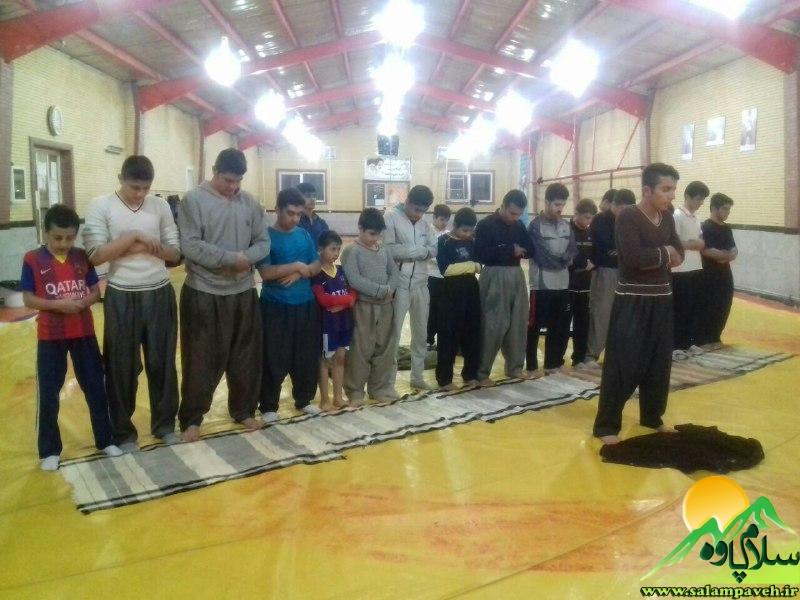 کشتیگیران در حال نماز
