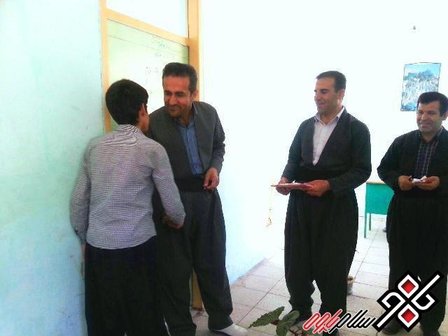 تقدیرمدیرآموزش و پرورش شهرستان پاوه از دانش آموز مبتکر گلالی