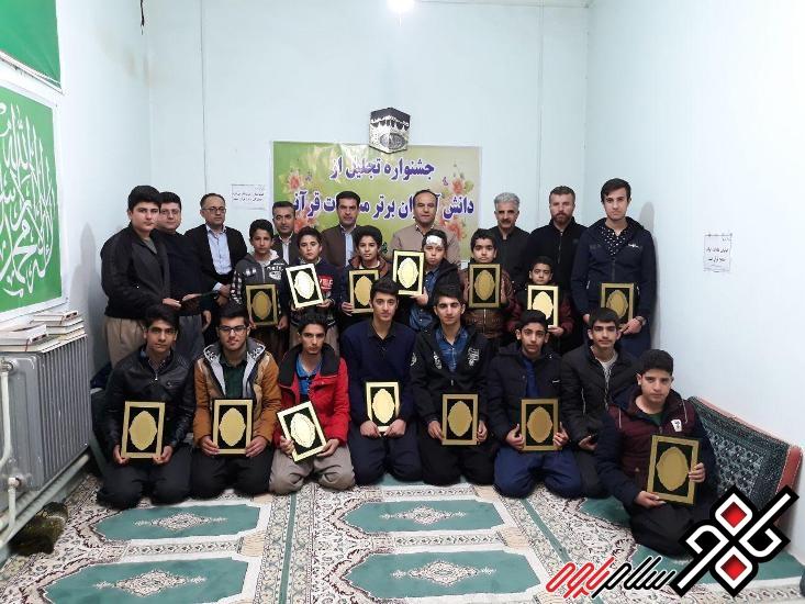 تجلیل از دانش آموزان برتر قرآنی مدارس شهر نوسود/عکس